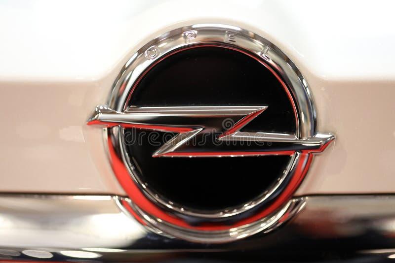 Close up metálico do logotipo de Opel no carro de Opel indicado na MOSTRA de MOTO no Polônia de Cracow fotografia de stock royalty free