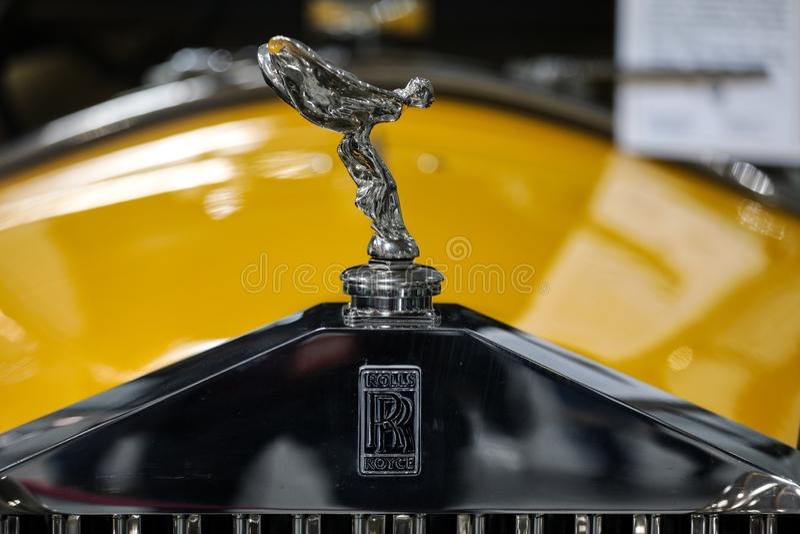Close up metálico do logotipo de Rolls royce no carro de Rolls royce indicado na mostra de Moto em Cracow imagem de stock