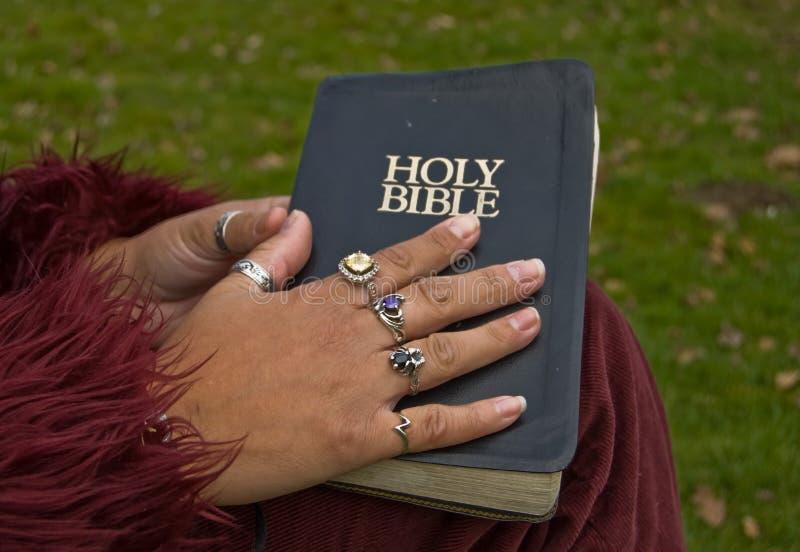 Close-up met de Hand van een Vrouw op een Bijbel royalty-vrije stock fotografie