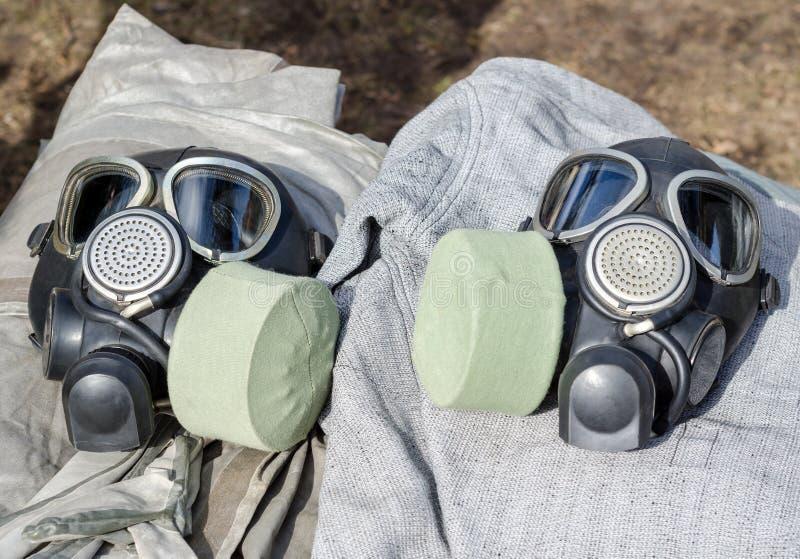 Close up militar de duas máscaras de gás foto de stock