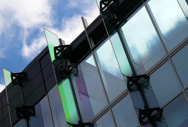 Close up moderno do prédio de escritórios fotos de stock royalty free