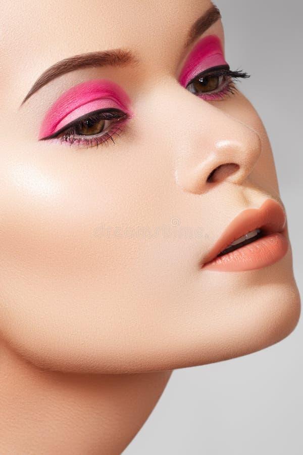 Close-up mody kobiety modela twarz, splendoru makijaż obraz stock