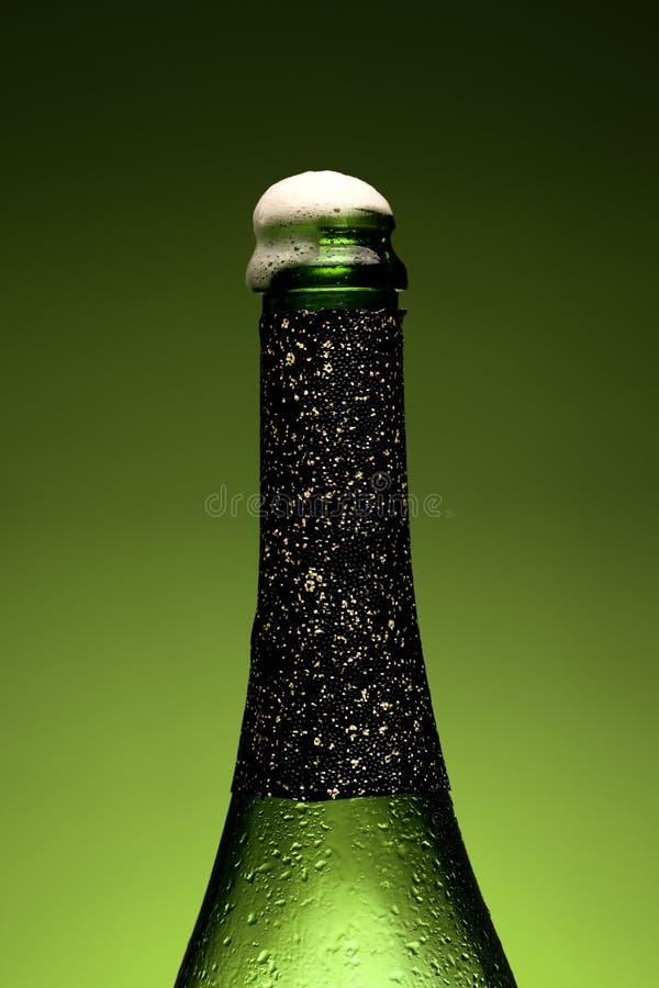 Close-up molhado do frasco de Champagne imagem de stock royalty free