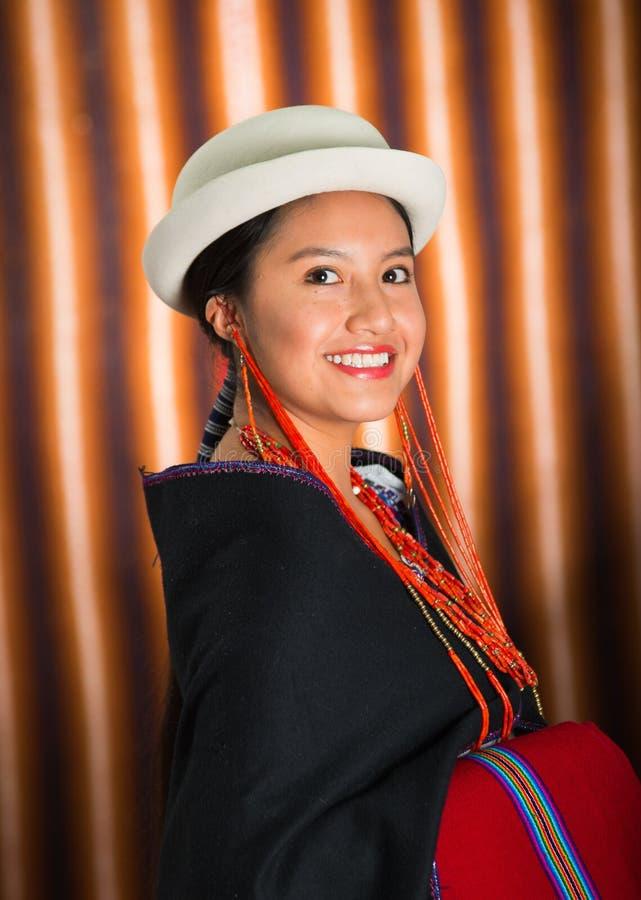 Close-up mooi Spaans model die Andes traditionele kleding, zwarte poncho op bovenkant dragen die, die en voor camera glimlachen s stock fotografie