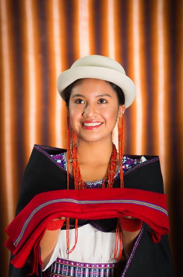 Close-up mooi Spaans model die Andes traditionele kleding, zwarte poncho op bovenkant dragen die, die en voor camera glimlachen s stock afbeeldingen