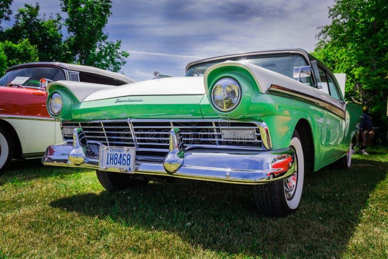 Close-up mooi vooraanzicht van klassieke uitstekende retro modieuze auto stock foto