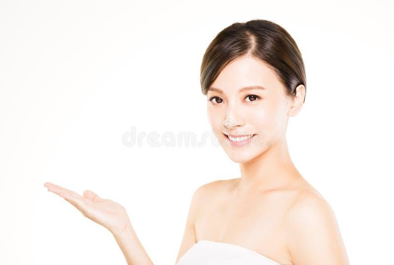 Close-up mooie jonge vrouw met het tonen van gebaar royalty-vrije stock foto's