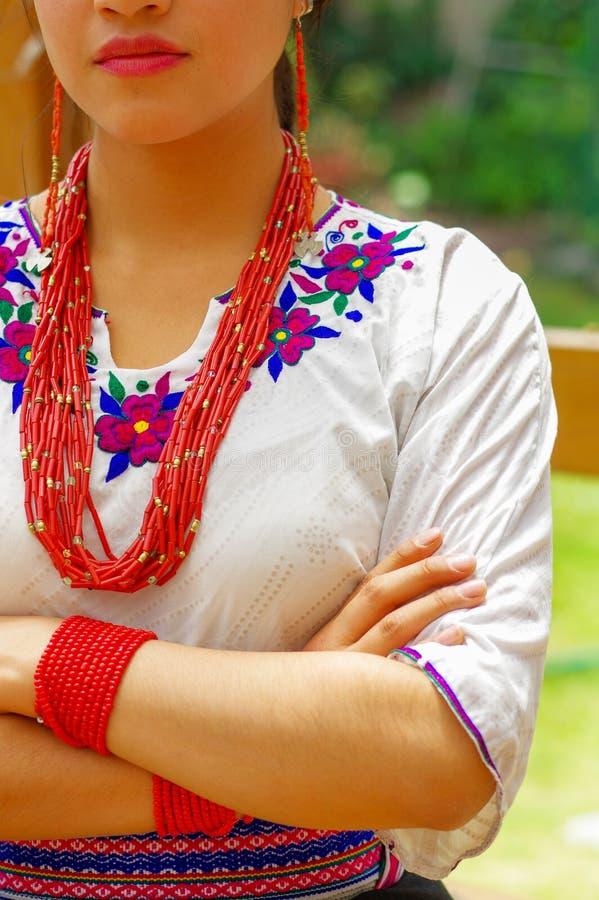 Close-up mooie Spaanse vrouw die traditionele Andes witte blouse met kleurrijke decoratie dragen rond hals, aanpassing royalty-vrije stock afbeelding