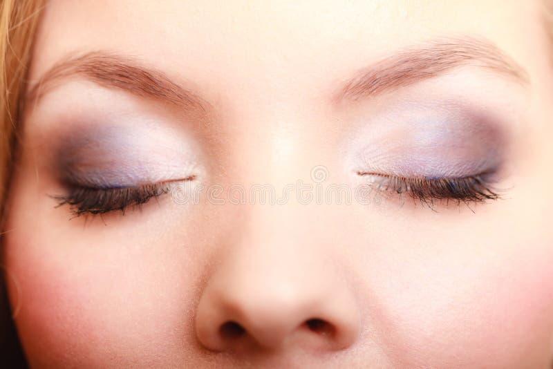 Close-up mooie vrouwelijke ogen met samenstellingsgezicht stock foto's