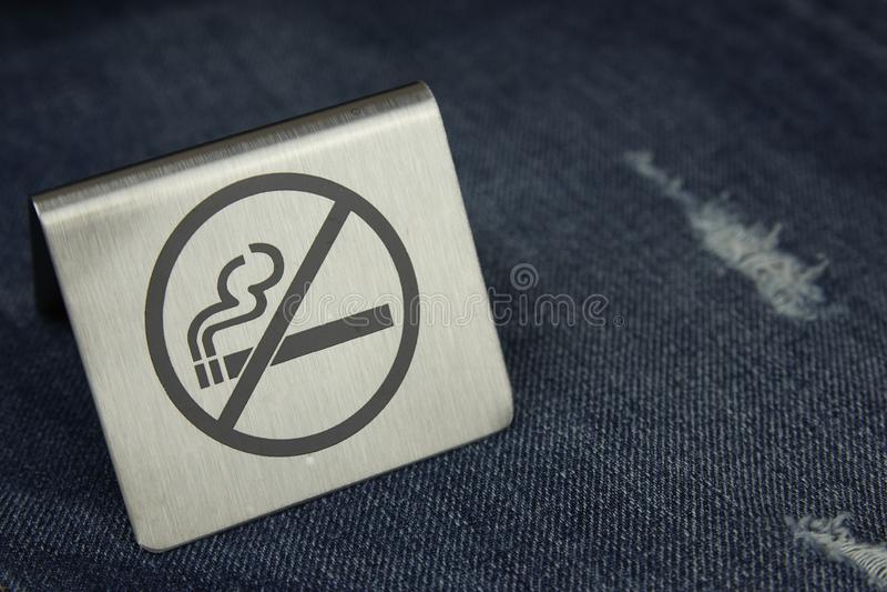 Close-up não fumadores do sinal em calças de brim Matan?as de fumo fotos de stock