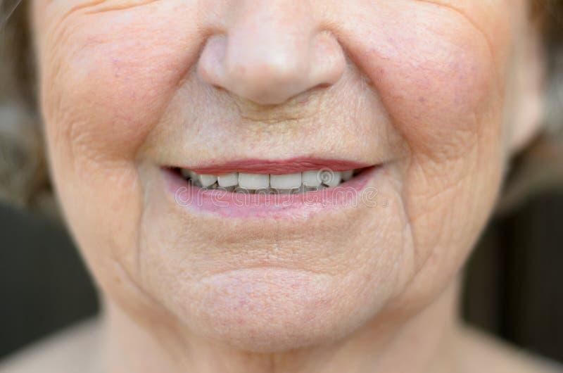 Close up na boca de uma mulher superior fotografia de stock