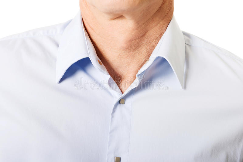 Close up na camisa masculina com colar fotografia de stock