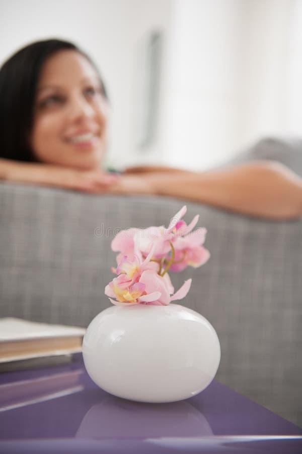 Download Close Up Na Flor Em Um Vaso E Em Uma Menina De Sonho Foto de Stock - Imagem de mulher, vida: 29827596