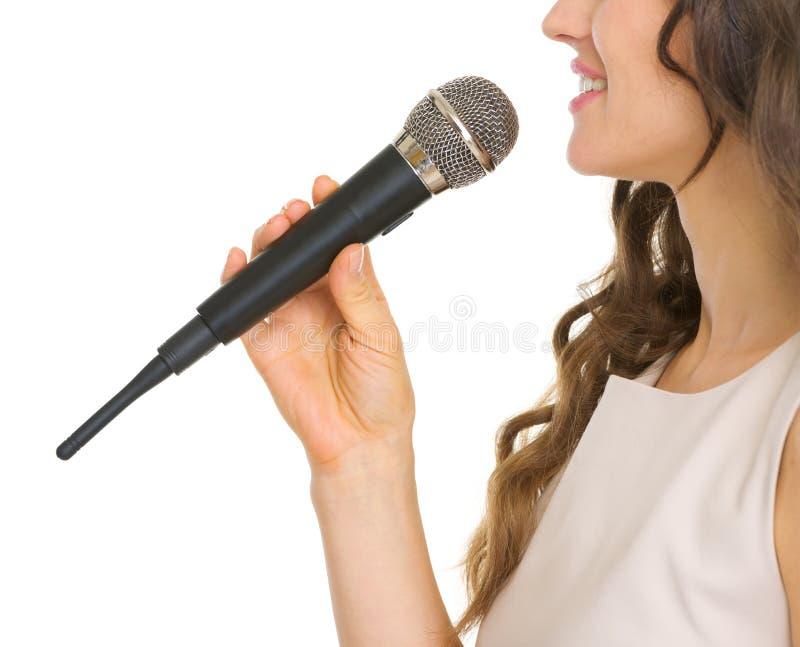 Close up na jovem mulher com microfone fotografia de stock