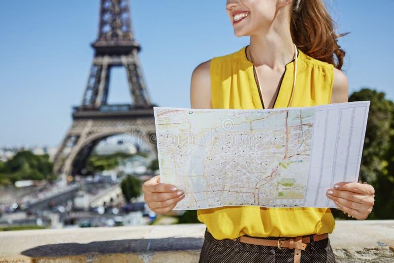 Close up na jovem mulher feliz com o mapa em Paris, França foto de stock
