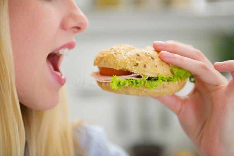 Close up na menina do adolescente que come o hamburguer foto de stock