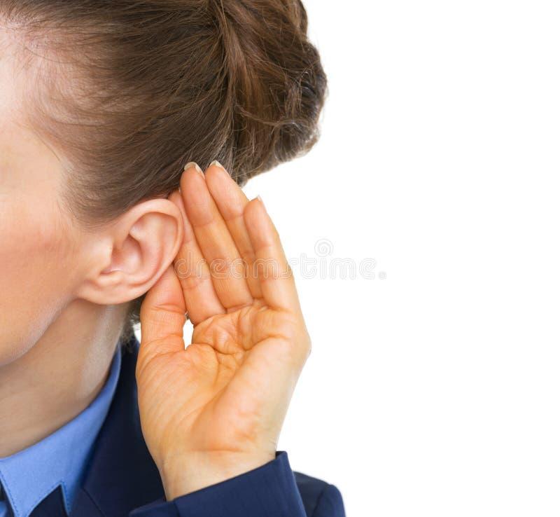 Close up na mulher de negócio que escuta imagens de stock royalty free