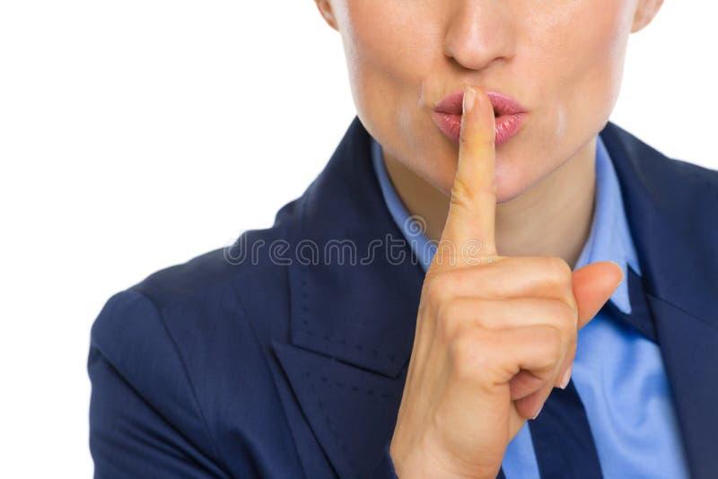 Close up na mulher de negócio que mostra shh o gesto fotografia de stock