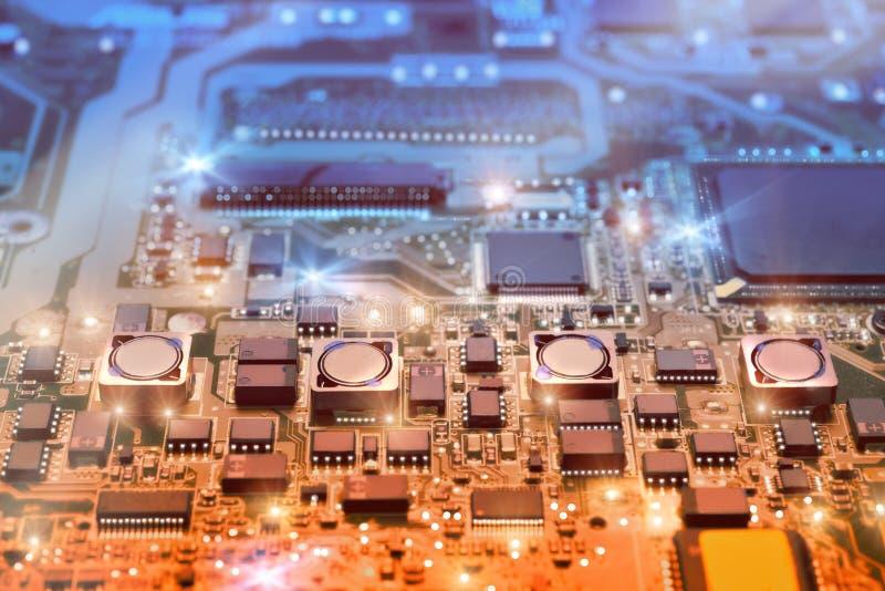 Close up na placa eletrônica na oficina de reparações do hardware, borrada e fotos de stock royalty free
