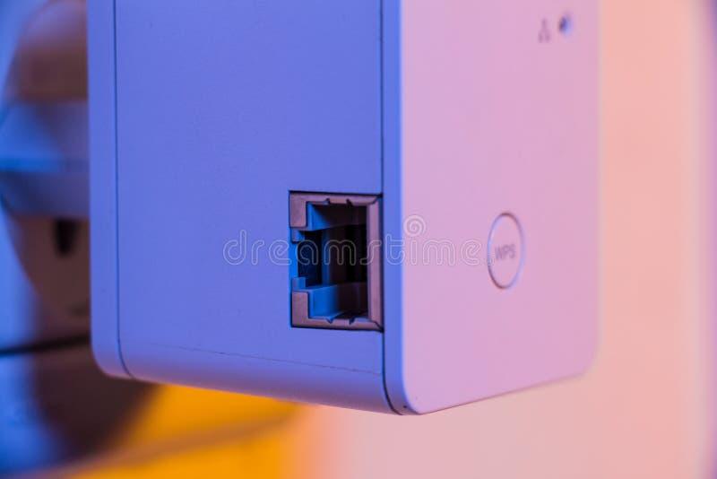 Close up no botão do repetidor WPS de WiFi e no soquete dos ethernet imagens de stock