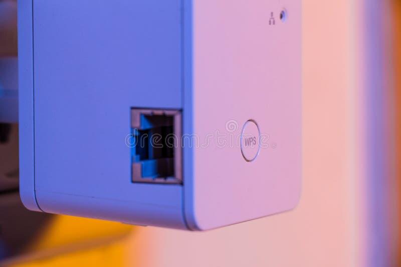 Close up no botão do repetidor WPS de WiFi e no soquete dos ethernet foto de stock