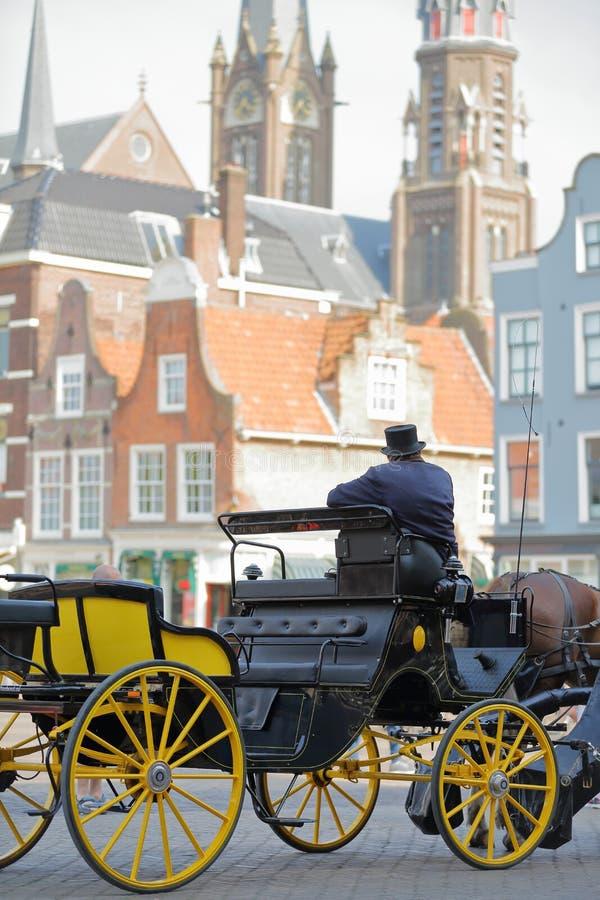 Close-up no cocheiro de um transporte do cavalo, vestido tradicionalmente e com fachadas coloridas imagem de stock