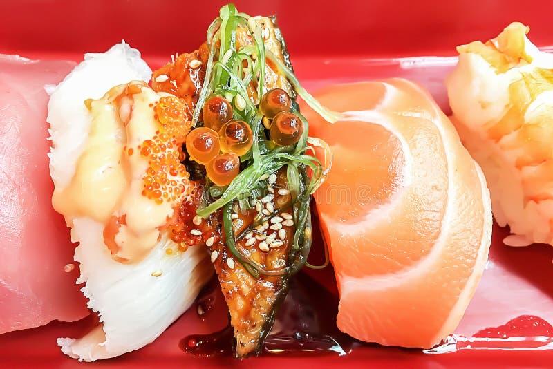 Close up no grupo japonês tradicional do sashimi do sushi do alimento fotografia de stock