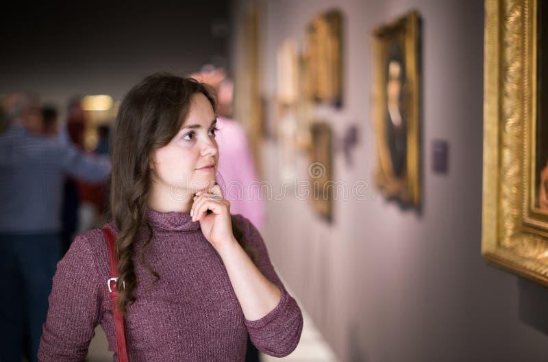Close up no museu de visita da mulher atenta imagens de stock royalty free