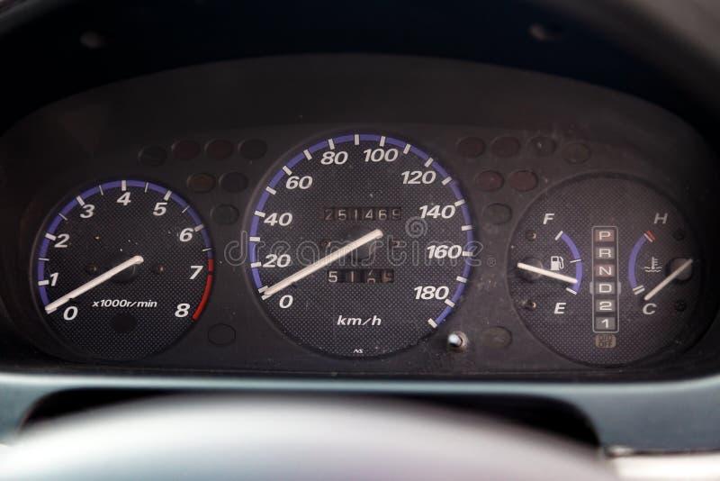 Close-up no painel com dispositivos análogos velocímetro e tacômetro no interior de um carro japonês velho fotografia de stock