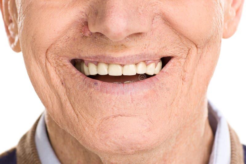 Close-up no sorriso alegre do homem superior fotografia de stock royalty free