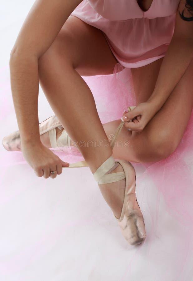 Close up na bailarina que amarra sapatas da ponta imagem de stock royalty free