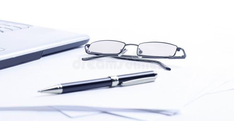 close-up notitieboekje, glazen en pen op de werkplaats van busin royalty-vrije stock fotografie