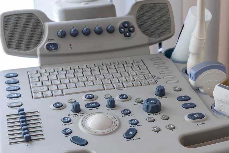 Close-up O painel de controle da máquina do ultrassom para o diagnóstico e o exame dos órgãos internos humanos com a fotos de stock