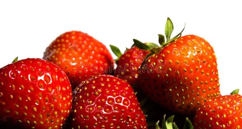 Close-up op aardbeien op witte achtergrond wordt geïsoleerd die royalty-vrije stock afbeeldingen