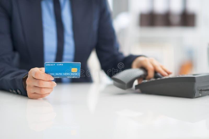 Close-up op bedrijfsvrouw met creditcard royalty-vrije stock foto's