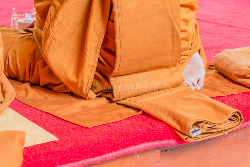 Close-up op boeddhistische monnikszool van de voet tijdens het bidden stock afbeeldingen