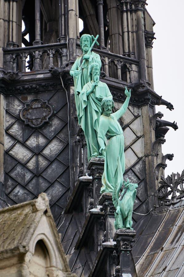 Close-up op bronsstandbeelden van de apostelen bij de basis van de spits op de Notre Dame-kathedraal in Parijs royalty-vrije stock afbeelding