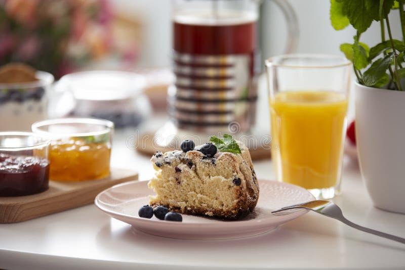 Close-up op cake op plaat op een lijst met jus d'orange tijdens br royalty-vrije stock fotografie