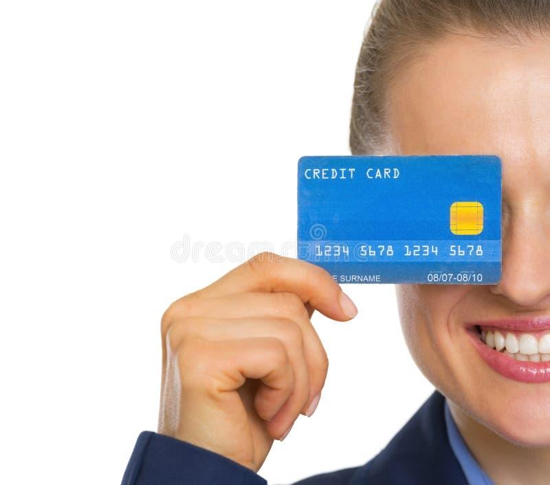 Close-up op de creditcard van de bedrijfsvrouwenholding stock afbeelding