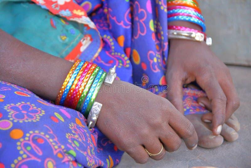 Close-up op de handen van een vrouw van Nirona, lokaal dorp dichtbij Bhuj, Gujarat royalty-vrije stock foto