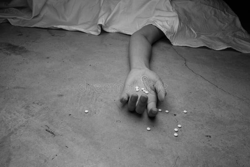 Close-up op de vloer van de drugs ter beschikking van het lijk stock afbeeldingen