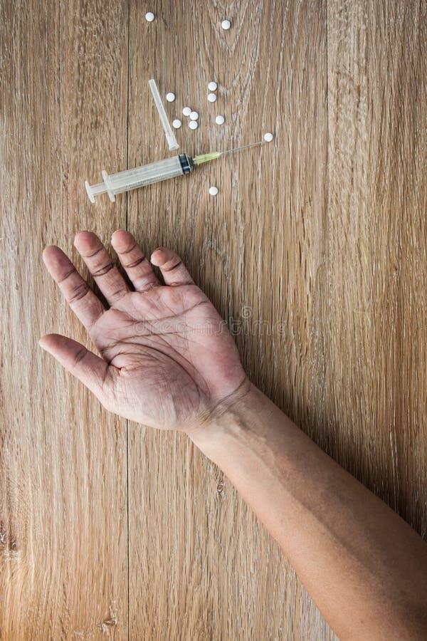 Close-up op de vloer van de spuit met de drug In backg royalty-vrije stock fotografie
