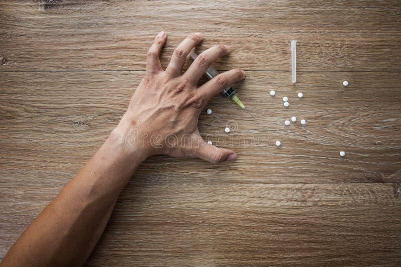 Close-up op de vloer van de spuit met de drug In backg royalty-vrije stock afbeelding