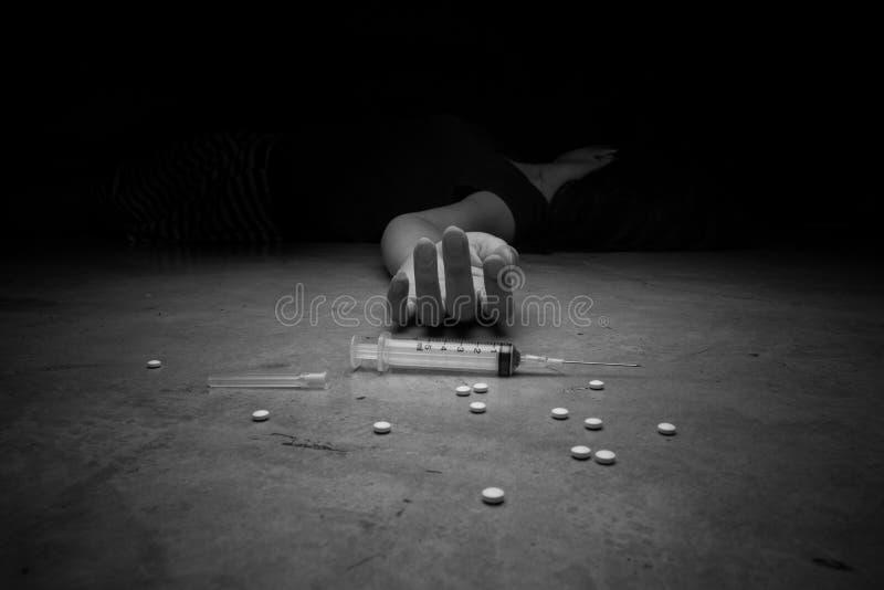 Close-up op de vloer van de spuit met de drug In backg stock afbeeldingen