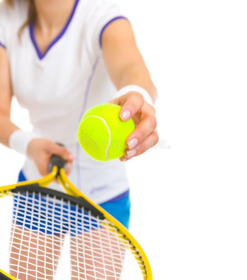 Close-up op de vrouwelijke dienende bal van de tennisspeler royalty-vrije stock fotografie