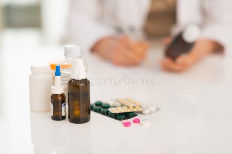 Close-up op drugs en arts die op achtergrond werken royalty-vrije stock afbeeldingen