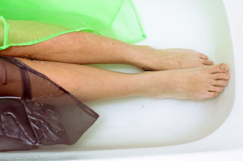 Close-up op elegant wijfje die met zijdehuid in duidelijk water leggen stock afbeeldingen