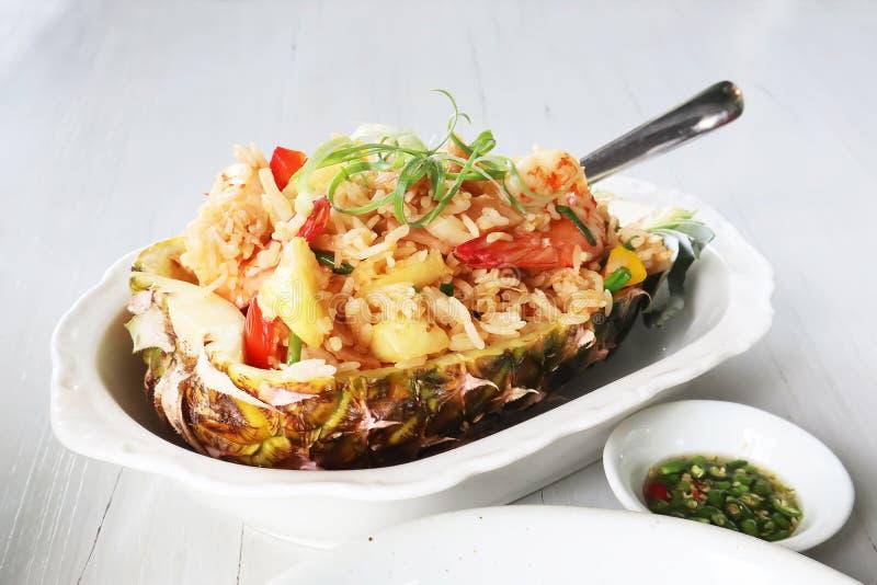 Close-up op Gebakken die rijst met ananas in een ananas wordt gediend stock fotografie