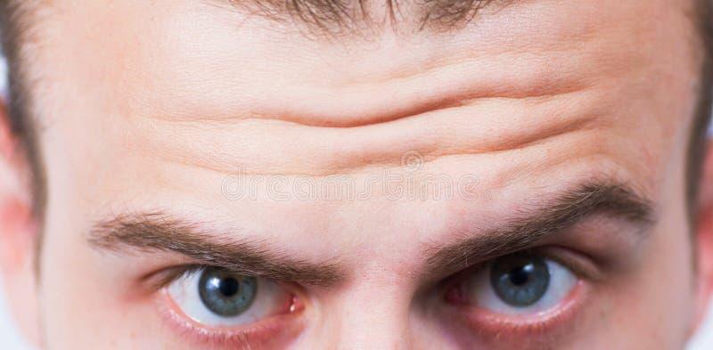 Close-up op gerimpeld voorhoofd stock foto's