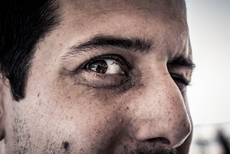 Close-up op gezicht van de enge griezelige griezelige mens met kwade ogen lookin stock afbeeldingen